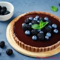 Crostata al cioccolato fondente , more e[...]